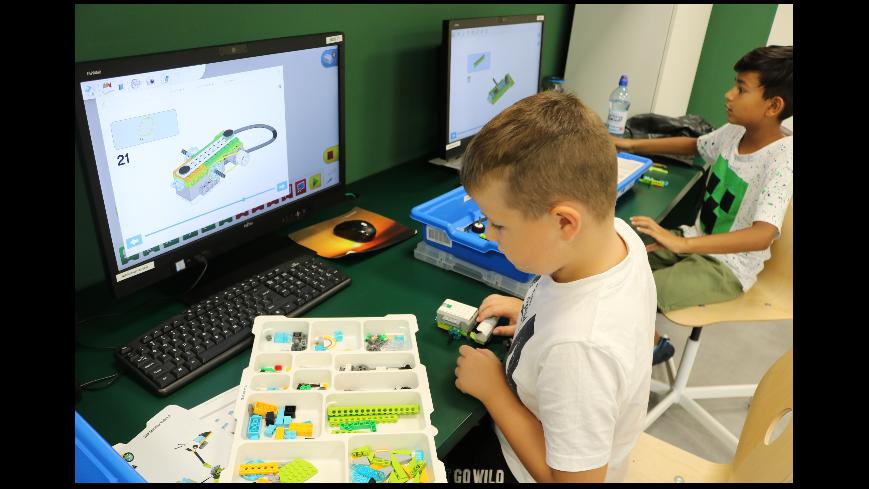 Zdjęcie prezentuje proces budowy robota
