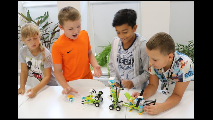 Zdjęcie prezentuje dzieci w trakcie walki robotów