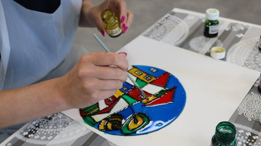 Zdjęcie przedstawia malowanie na szkle