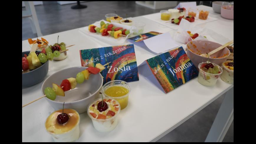 Obraz przedstawia wykonane przez dzieci desery owocowe