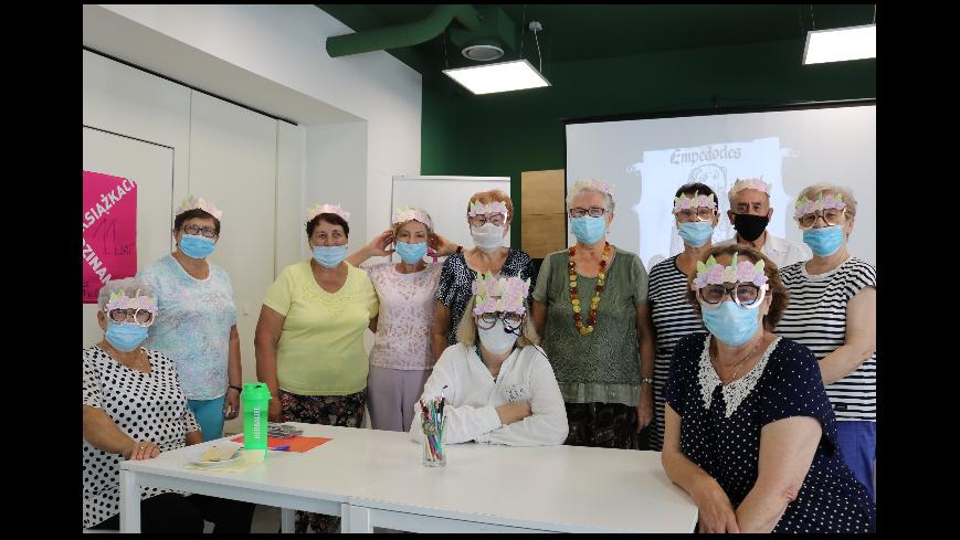 Zdjęcie przedstawia uczestników warsztatów Wakacyjnej Akademii Seniora